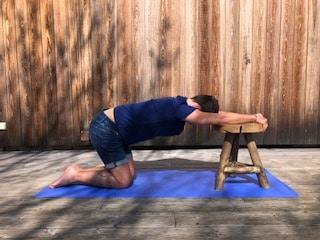 étirement du haut du dos en étirant les muscles intercostaux